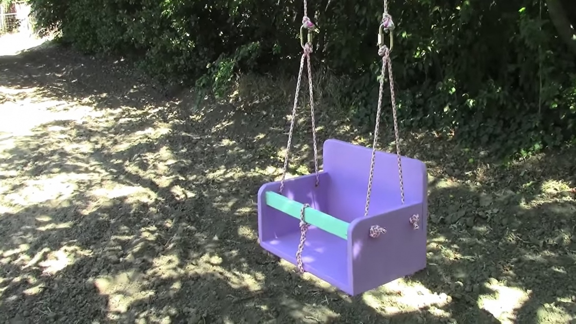 What makes an outdoor baby swing the right swing